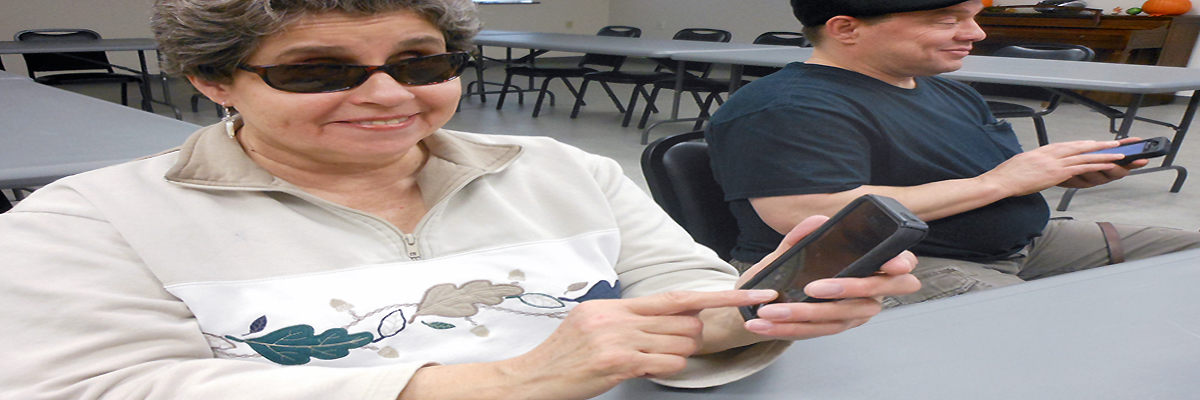 Photo of two clients in a class about smartphones